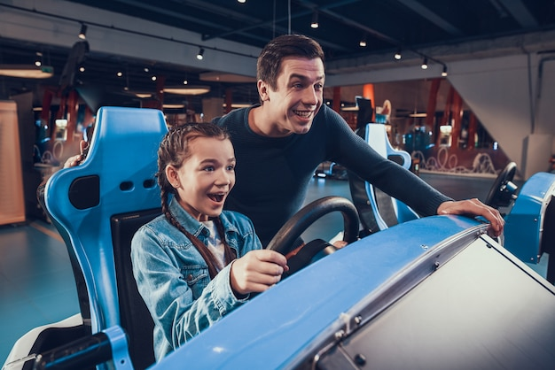 Padre y niña sonríen y juegan en el juego.
