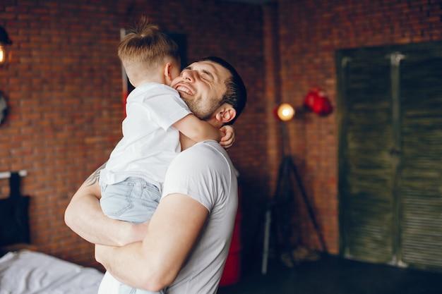 Padre con pequeño hijo