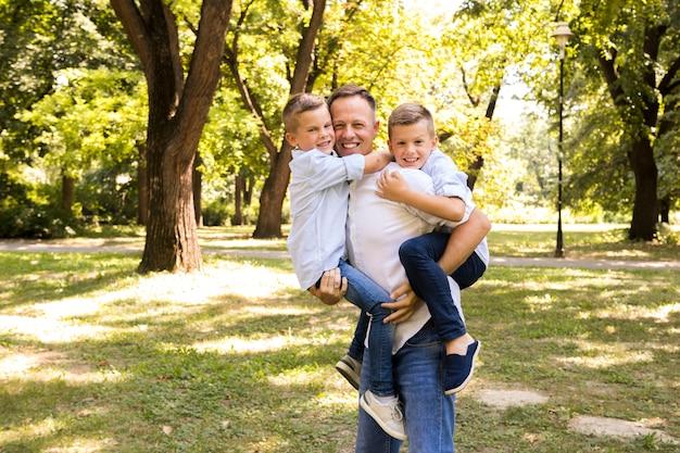 Padre posando con sus hijos.