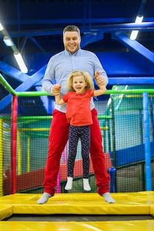 Padre saltando con encantadora hija