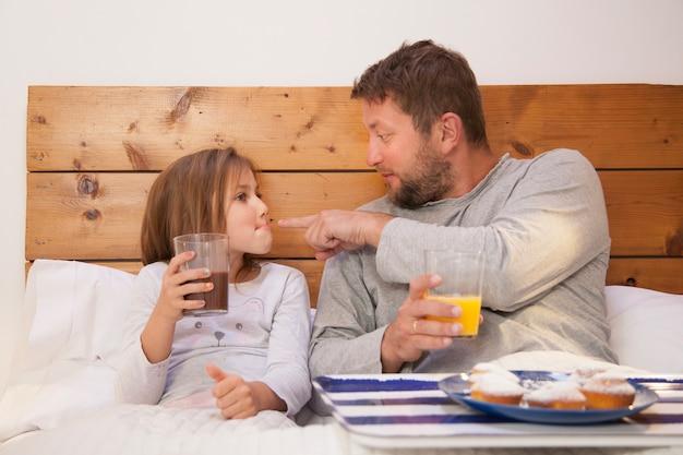 Padre señalando la boca de su hija