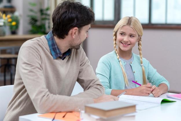 Padre siendo tutor de su hija adentro