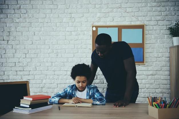 Padre soltero afroamericano, junto con su hijo.