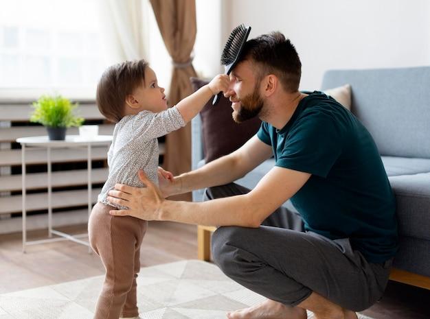 Padre soltero pasar tiempo con su bebé