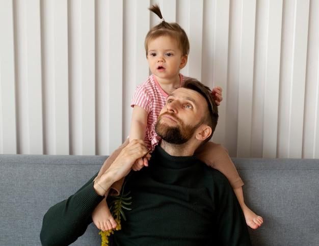 Padre soltero pasar tiempo con su hija