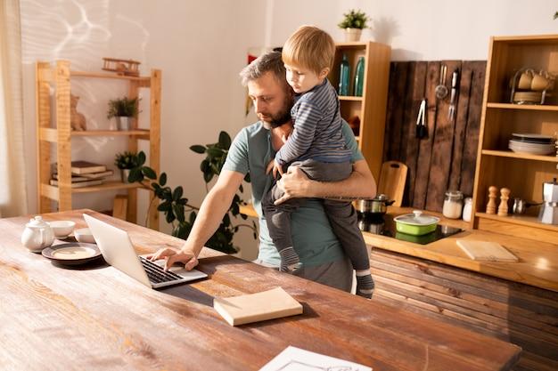 Padre soltero trabajando en casa