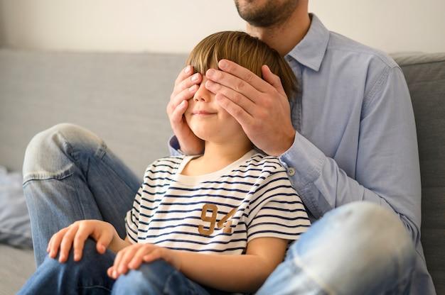 Padre sorprende a su hijo