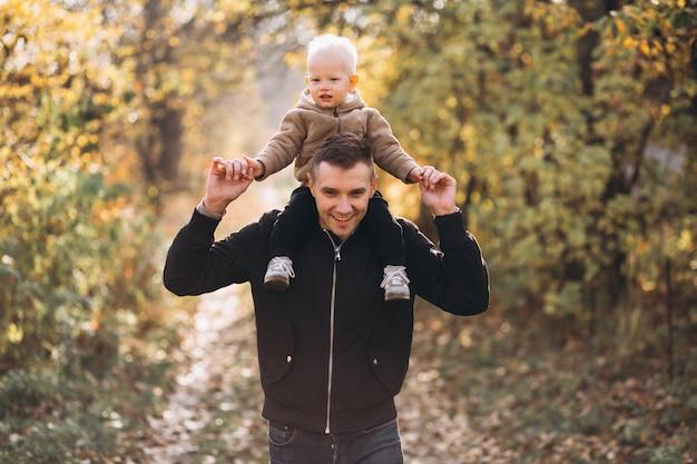 Padre sosteniendo a su hijo en el parque