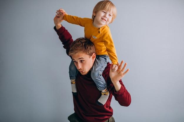 Padre con su hijo divirtiéndose juntos