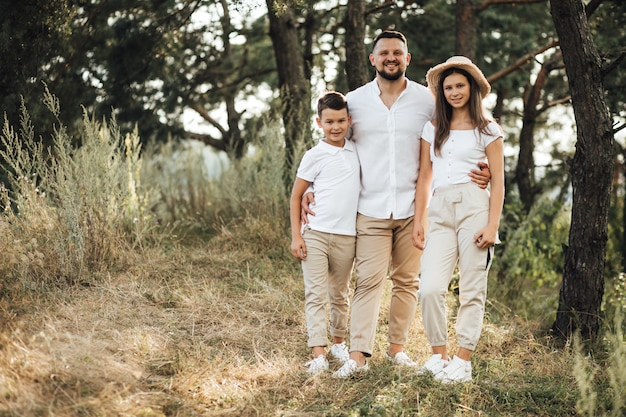 Padre con su hijo e hija en el parque