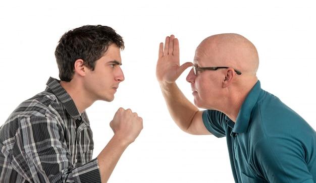 Un padre y su hijo están enojados