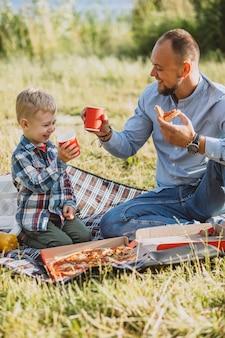 Padre con su hijo haciendo un picnic en el parque