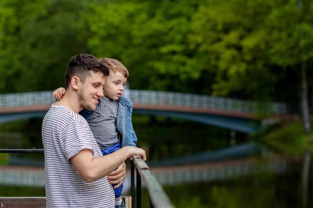 Padre con su hijo en un paisaje natural