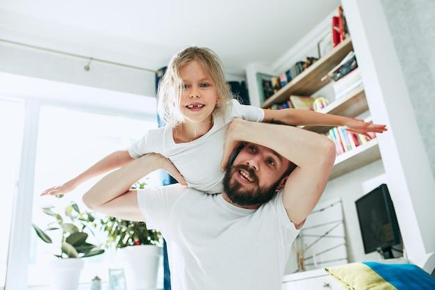 Padre y su niña de seis años en casa