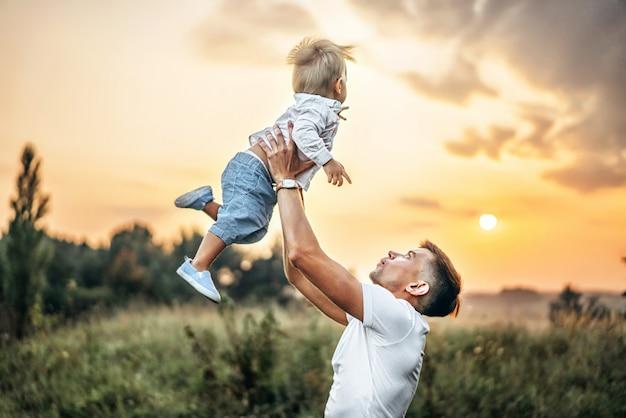 Padre y su pequeño hijo se divierten al aire libre.