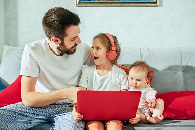 Padre y sus hijas en casa