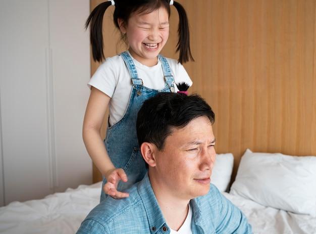 Padre de tiro medio y niño feliz