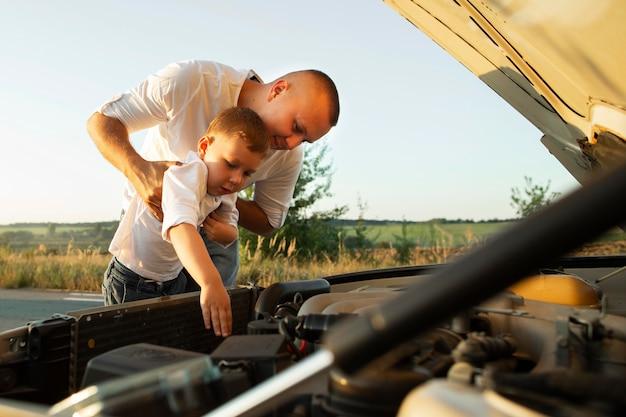 Padre de tiro medio sosteniendo niño