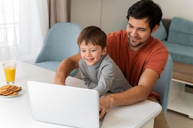 Padre de tiro medio trabajando con niño