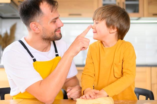 Padre tocando la nariz de su hijo