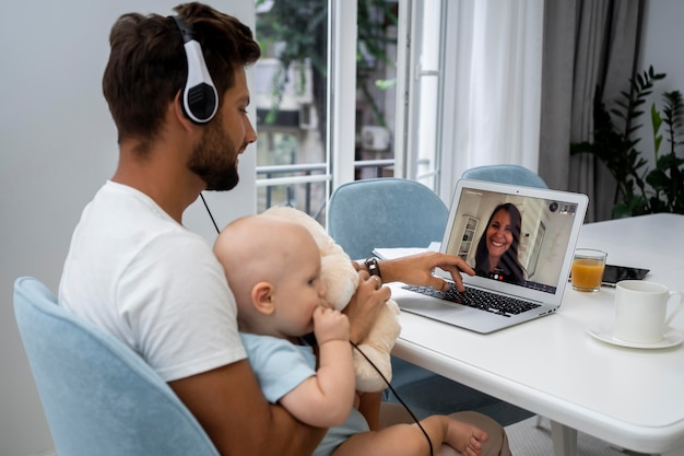 Padre videollamada a mamá con su hijo durante la cuarentena