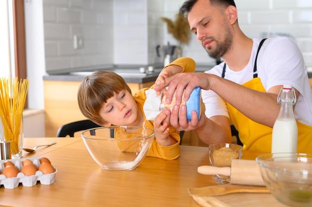 Padre vierte harina en el tazón
