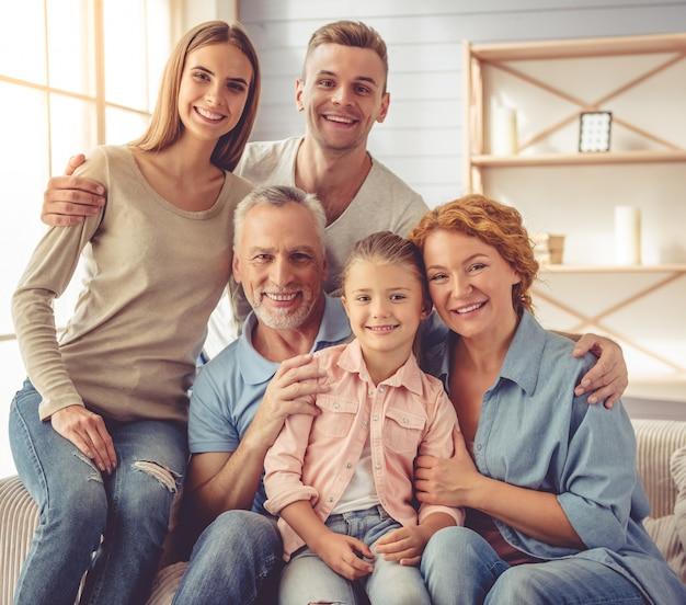 Los padres y abuelos se abrazan, mirando a la cámara.