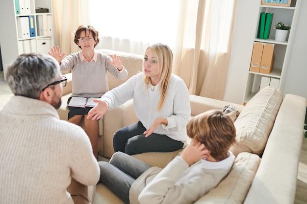 Padres agresivos peleando en sesión de terapia