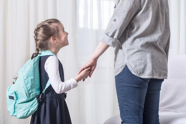 Los padres y el alumno de primaria van de la mano
