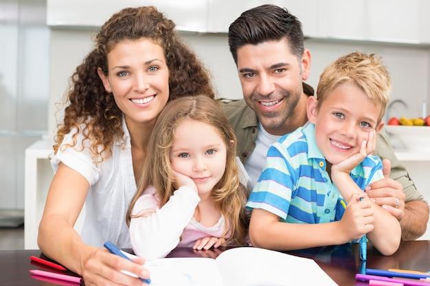 Los padres colorean con sus hijos en la mesa