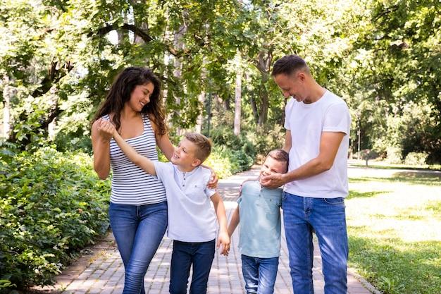 Padres divirtiéndose con sus hijos en el parque.