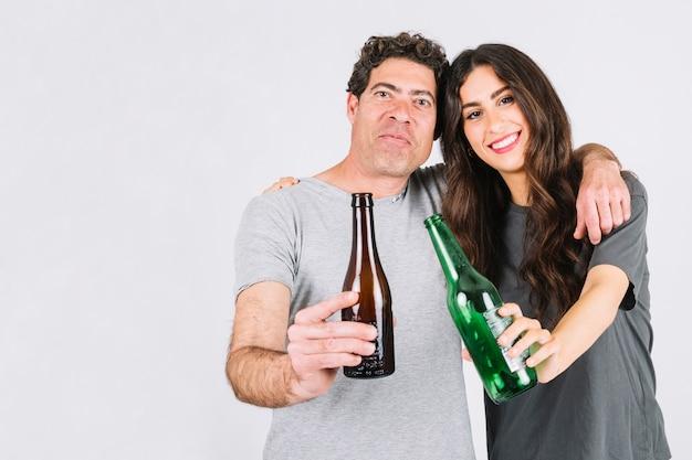 Padres e hija bebiendo cerveza juntos