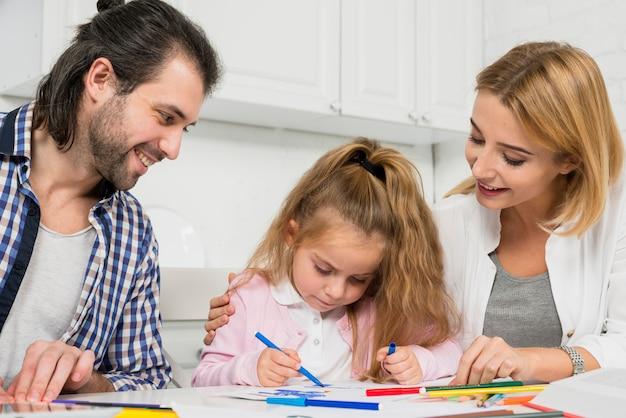 Padres e hija coloreando juntos