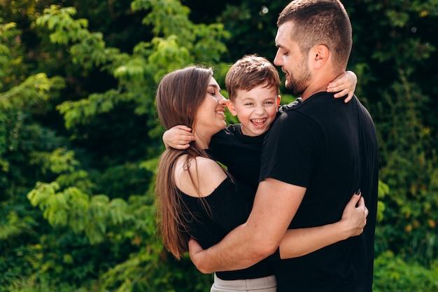 Padres e hijo abrazándose juntos.