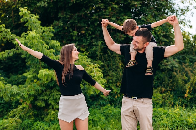 Padres e hijo pasando un rato divertido al aire libre.
