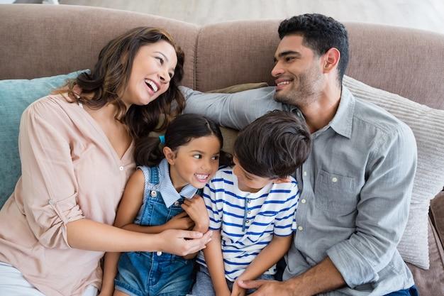 Padres e hijos se divierten en la sala de estar
