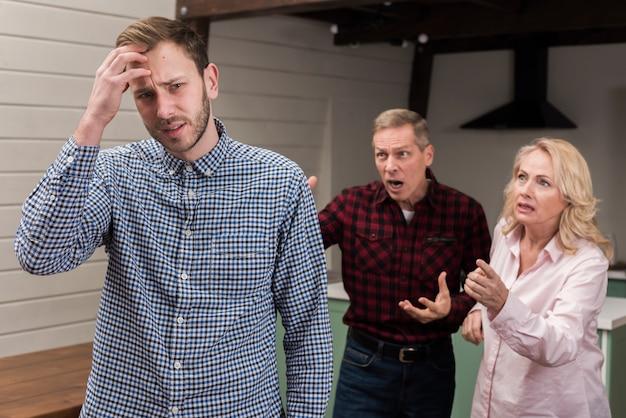 Padres enojados con hijo despistado