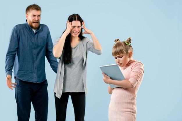 Padres enojados regañando a su hija en casa