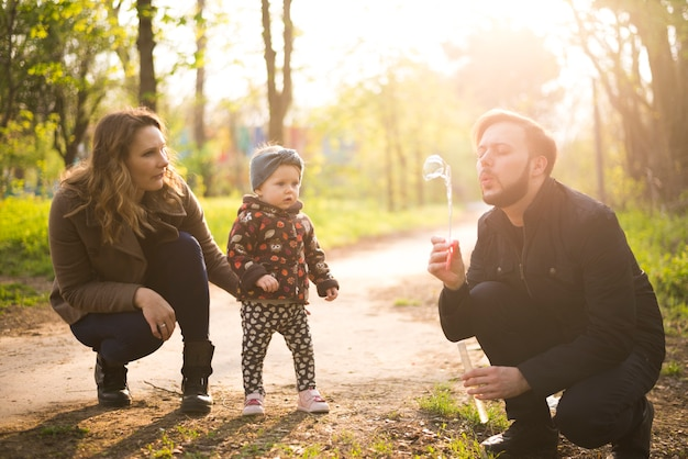 Padres felices con hijo en la naturaleza