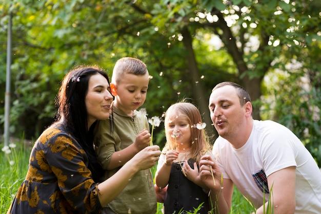 Padres felices con hijos en la naturaleza
