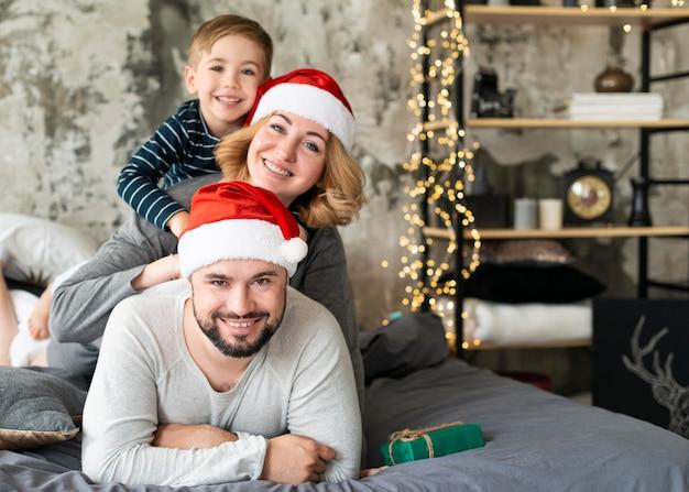 Padres felices y niño juntos el día de navidad con espacio de copia