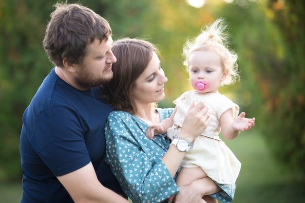 Padres con la hija del niño en parque