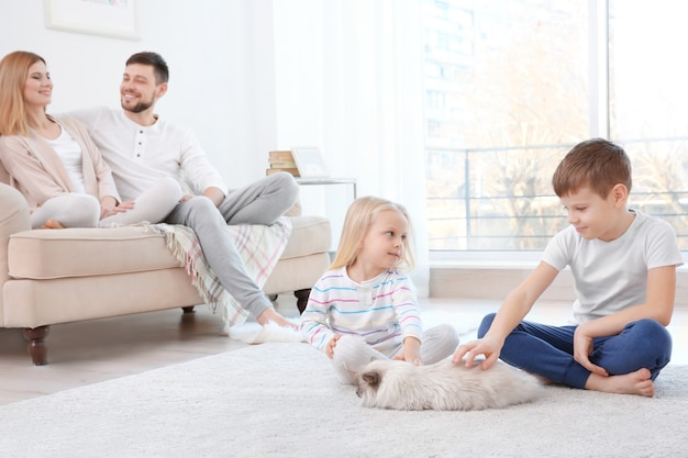 Padres con hijos y gatos en casa.