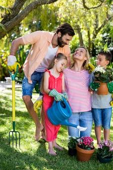 Padres con hijos de jardinería en el patio