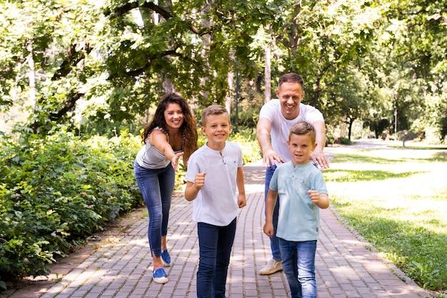 Padres con hijos juntos en el parque.