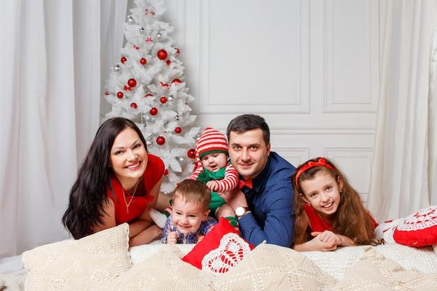 Padres con hijos en una sesión de fotos navideñas