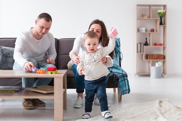 Padres jugando con niños en casa