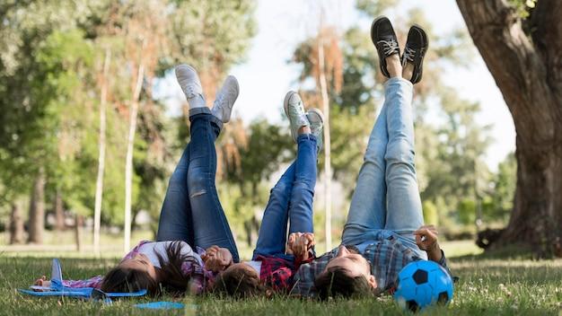 Los padres y el niño pasan tiempo juntos al aire libre