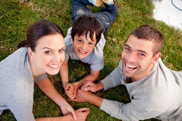 Padres y niños acostados en el jardín