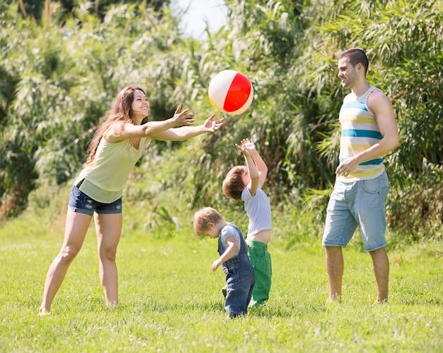 Padres con niños en el día soleado